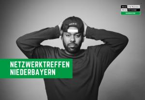 Eine schwarz-weiß Fotografie von David Mayonga mit der Info des Netzwerktreffens der RK Niederbayern
